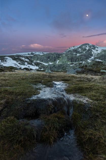 Zonsondergang op de bergen Premium Foto