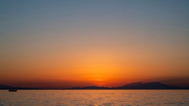 Zonsondergang op de egeïsche zee, schip en land in de verte, water, griekenland Gratis Foto