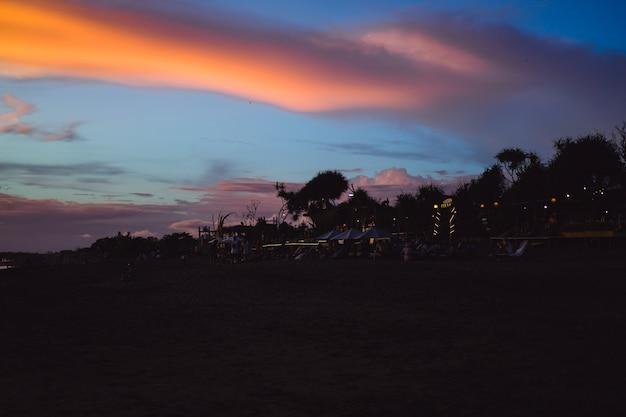 Zonsondergang op de oceaan. mooie heldere hemel, weerspiegeling in water, golven. Gratis Foto