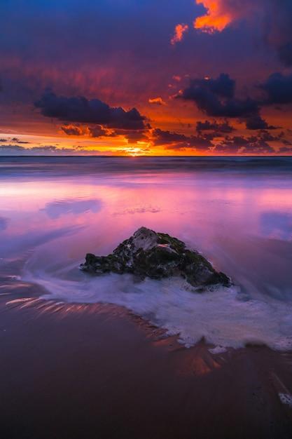 Zonsondergang op het strand van bidart naast biarritz, baskenland. Premium Foto