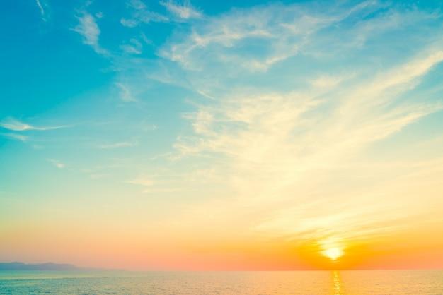 Zonsondergang op het strand Gratis Foto