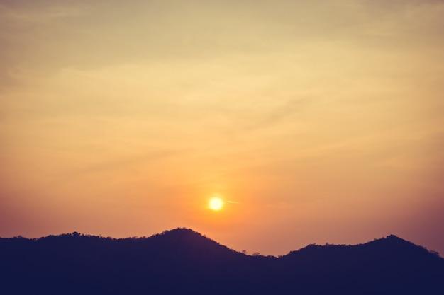 Zonsondergang over berg Gratis Foto