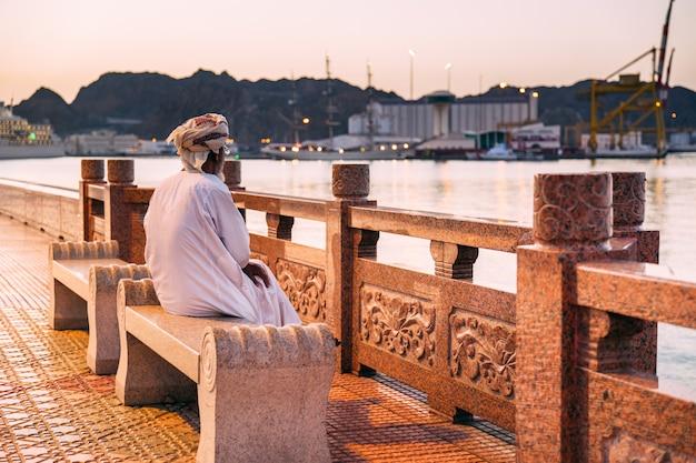 Zonsondergang over muscat, oman Premium Foto
