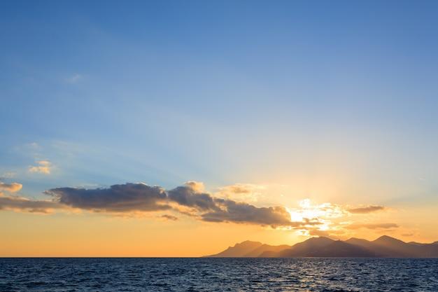 Zonsondergang vanaf de haven van cannes, frankrijk Premium Foto