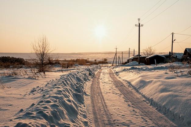 Zonsondergangmening van de besneeuwde winter Gratis Foto