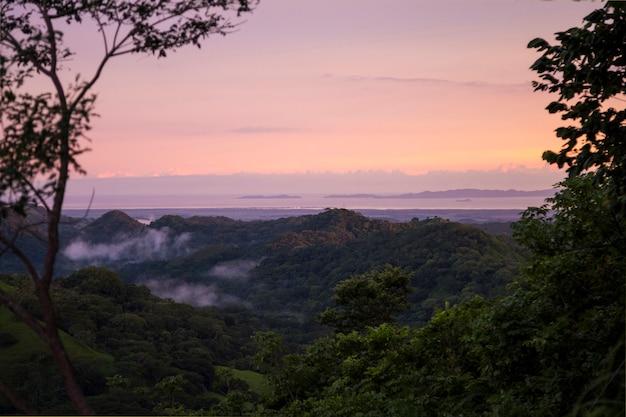 Zonsondergangmening van tropische vreedzame kust in costa rica Gratis Foto