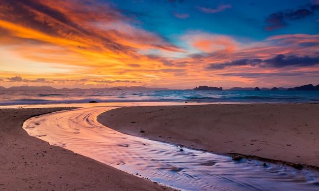 Zonsondergangtijd bij het strand met schemering lanscape. Premium Foto