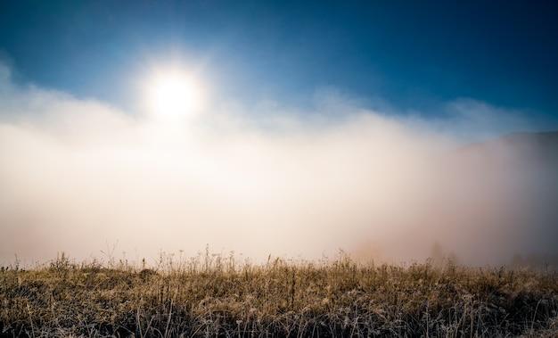 Zonsopgang boven berghellingen bedekt met grijze mist Premium Foto