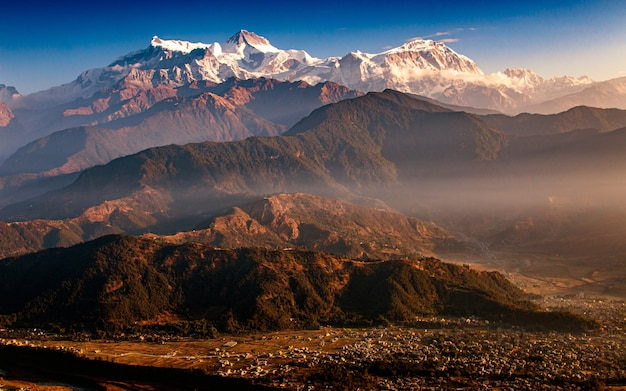 Zonsopgang en bergketen pokhara, nepal Premium Foto