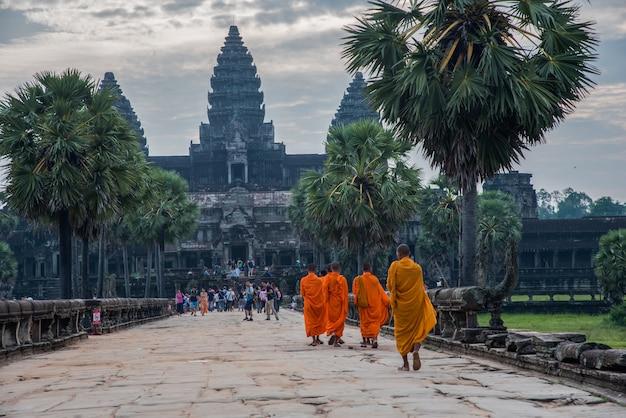 Zonsopgang in angkor wat, boeddhisme monnik wandelen naar angkor wat meest populair onder toeristen oude bezienswaardigheid en plaats van aanbidding in siem reap, cambodja. Premium Foto
