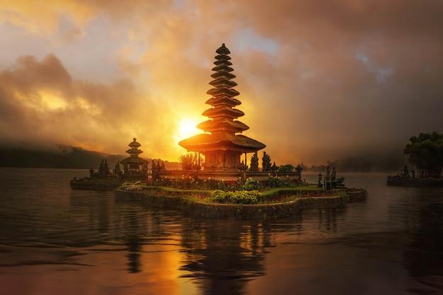 Zonsopgang in de tempel van pura ulun danu bratan Premium Foto
