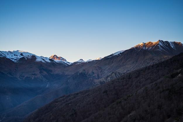 Zonsopgang op besneeuwde bergen Premium Foto