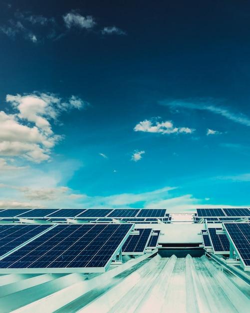 Zonsopgang op fotovoltaïsch zonnepaneel Premium Foto