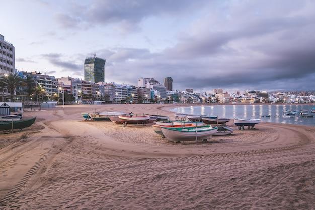 Zonsopgang op het strand van las canteras in las palmas de gran canaria Premium Foto