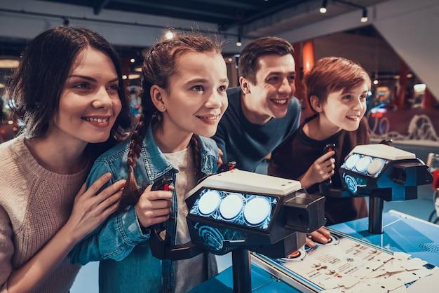 Zoon en dochter zijn ruimtevaartuigen aan het spelen in arcade. Premium Foto