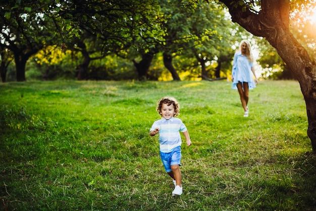 Zoon jongen blauwe zomer licht Gratis Foto