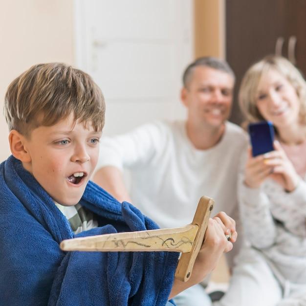 Zoon met zwaard en wazig ouders Gratis Foto