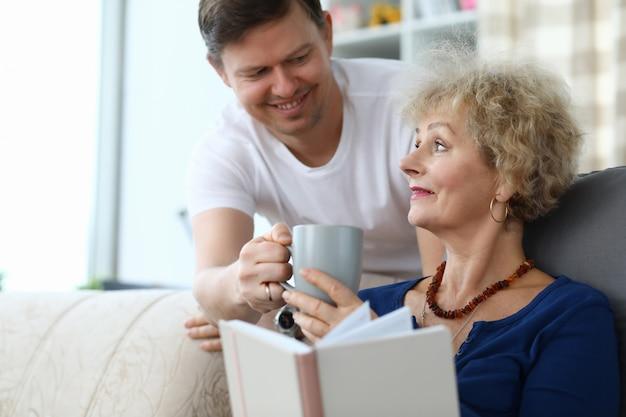 Zoon zorg voor bejaarde moeder Premium Foto
