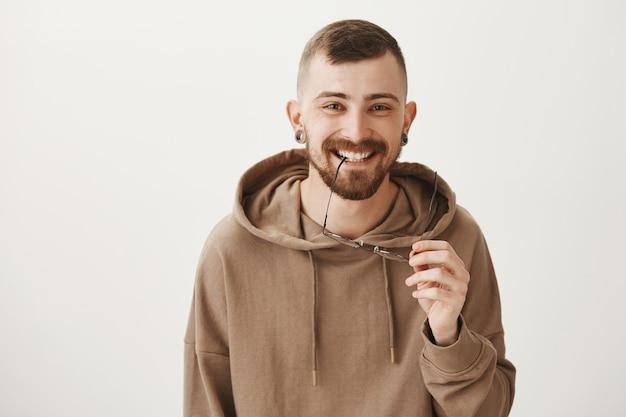 Zorgeloos bebaarde hipster man lachen en kijken gelukkig Gratis Foto