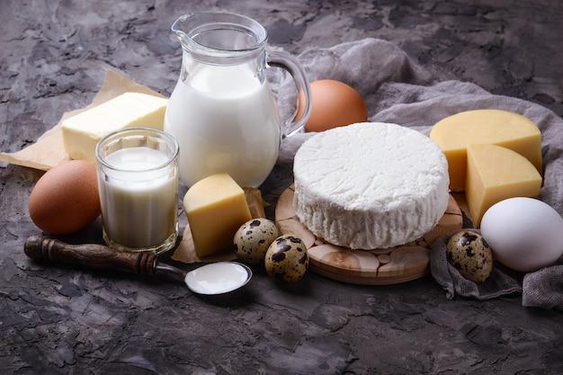 Zuivelproducten. melk, kwark, zure room, boter, eieren. selectieve aandacht Premium Foto