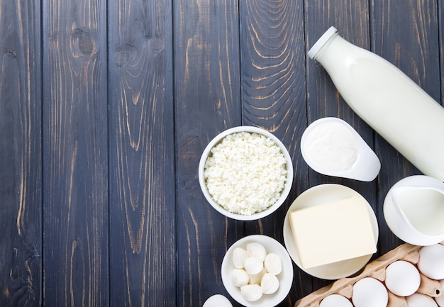 Zuivelproducten op houten tafel. melk, kaas, ei, kwark en boter. Premium Foto