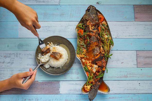 Zure curry met snakehead-vis, pittige tuinhotpot, thais eten. Gratis Foto