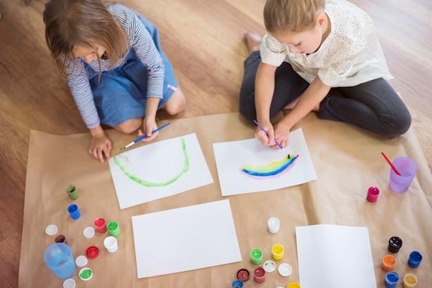 Zusters concentreerden zich op hun creatieve werk Gratis Foto