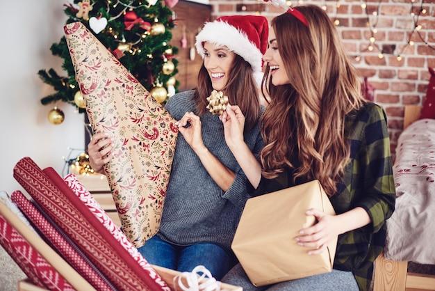 Zusters die geschenk inpakken en versieren Gratis Foto
