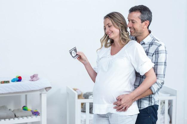 Zwanger de echografierapport van de paarholding thuis Premium Foto