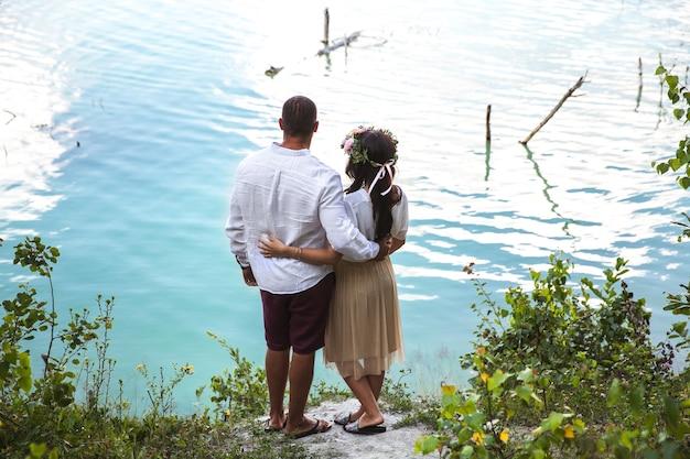 Zwanger met haar echtgenoot op het strand Premium Foto
