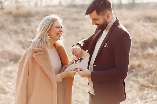 Zwangere vrouw die zich in een park met haar echtgenoot bevindt Gratis Foto