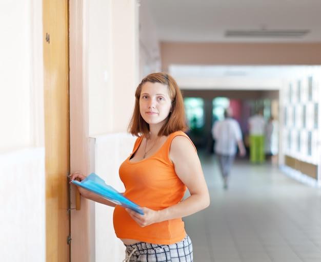 Zwangere vrouw komt naar de dokter Gratis Foto