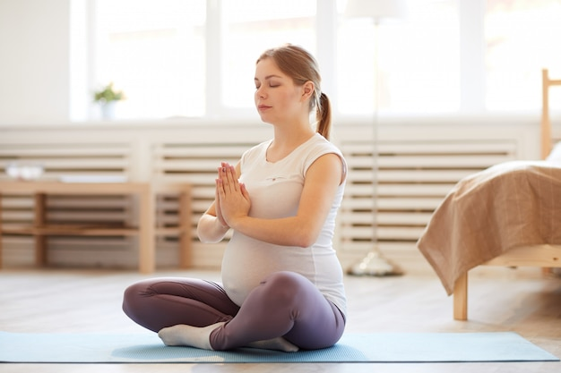 Zwangere vrouw mediteren Premium Foto