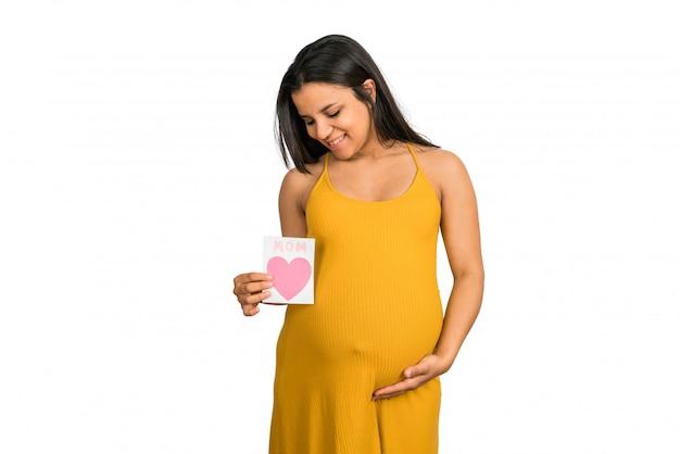 Zwangere vrouw met wenskaart. Gratis Foto