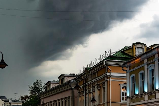 Zware regen en massieve wolken die over de de stadsdaken van europa vliegen Premium Foto