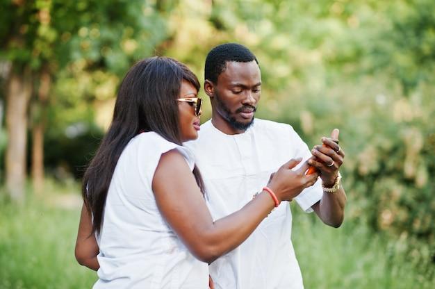 Zwart afrikaans paar die in liefde selfie doen op zij telefoneren Premium Foto