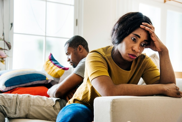 Zwart echtpaar vechten en depressief Premium Foto