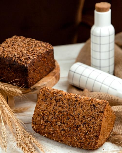 Zwart en wit brood met sesam Gratis Foto