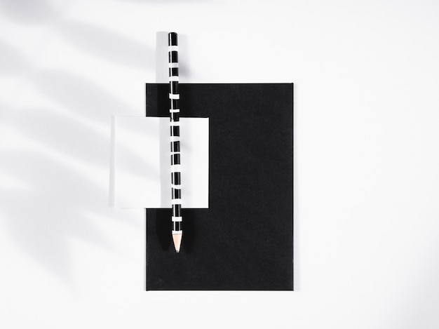 Zwart en wit gestreept potlood op zwart papier Gratis Foto