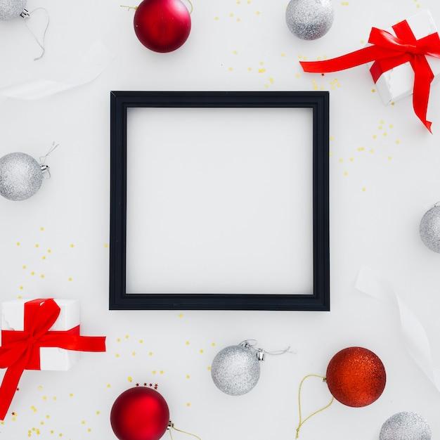 Zwart frame met kerstversieringen Gratis Foto