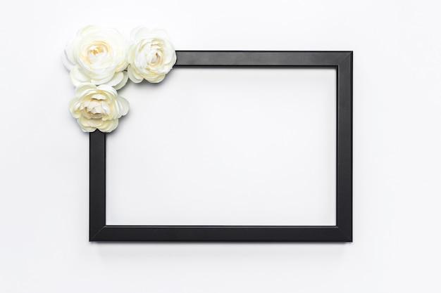 Zwart frame witte bloem achtergrond modern Gratis Foto