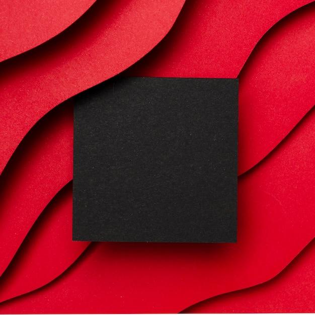 Zwart leeg papier en golvende lagen van rode achtergrond Gratis Foto