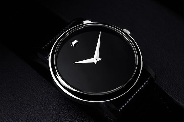 Zwart luxehorloge op zwarte achtergrond Premium Foto