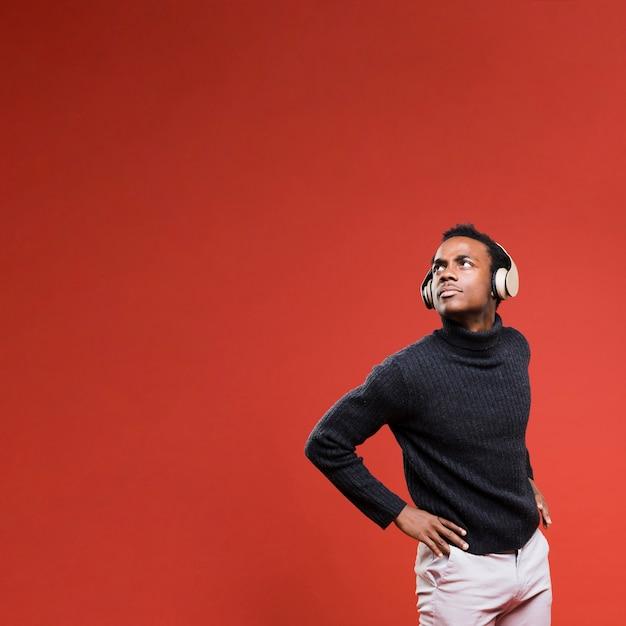 Zwart model poseren met een koptelefoon Gratis Foto