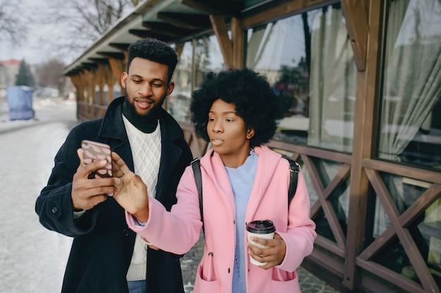 Zwart paar in een stad Gratis Foto