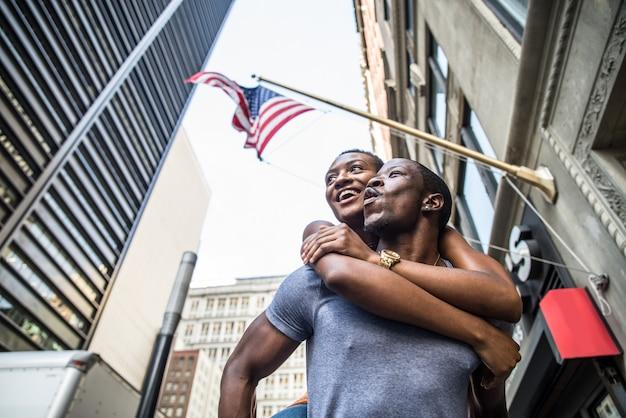 Zwart paar onder amerikaanse vlag Premium Foto