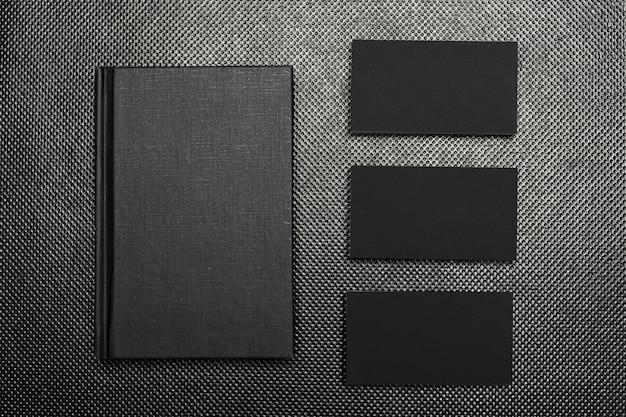 Zwart papier stukken mock up bovenaanzicht op zwarte achtergrond Premium Foto
