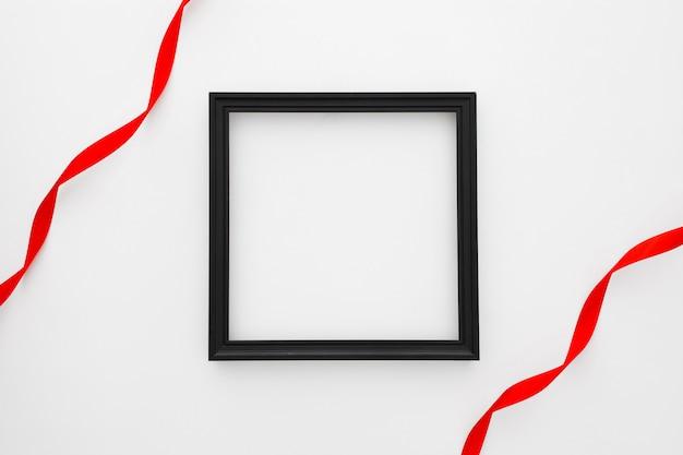 Zwart vierkant frame met rode band twee op witte achtergrond Gratis Foto