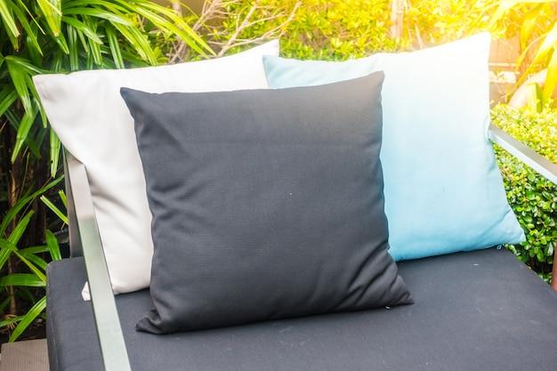 Zwart, wit en blauwe kussens op een bank Gratis Foto