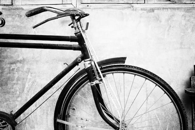 Zwart-witte foto van vintage fiets - filmkorrelfilter effect stijlen Premium Foto